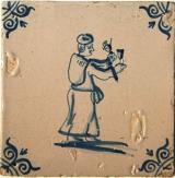 Tegel 'Man met wijnkan en -glas'