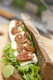 Broodje met jonge Brie en pecannoten